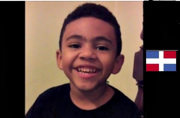 dominicano Chequeen a este niño patriota en el Día de Juan Pablo Duarte