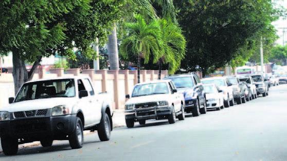 Fila-para-la-revisión-de-vehículos-fuera-del-Estadio-Quisqueya