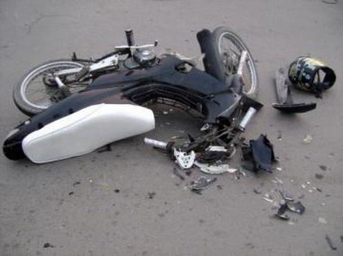 moto accidentada 1 Dos jóvenes mueren al chocar su motocicleta con carro [RD]