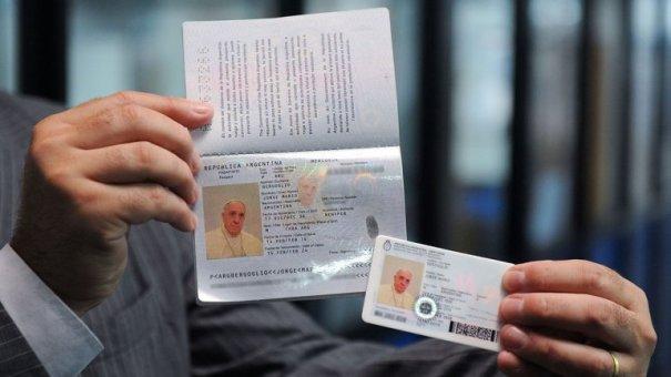0010697227 El Papa pone sus papeles ready [Vaticano]