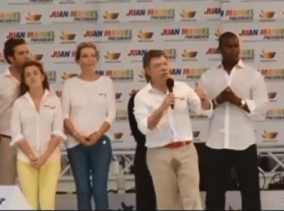 colombia Presidente colombiano se mea mientras discurseaba