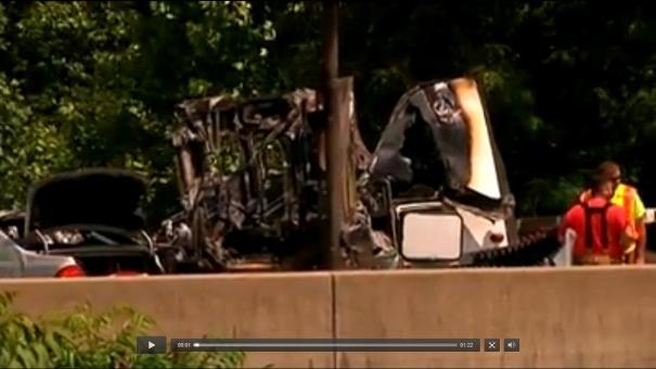 36 NJ: Fueron a ayudar a un chofer en problemas y murieron aplastados [Video]