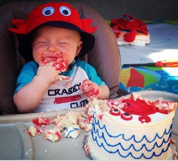 45 Fotos chulas de bebés devorando su 1er bizcocho de cumpleaños