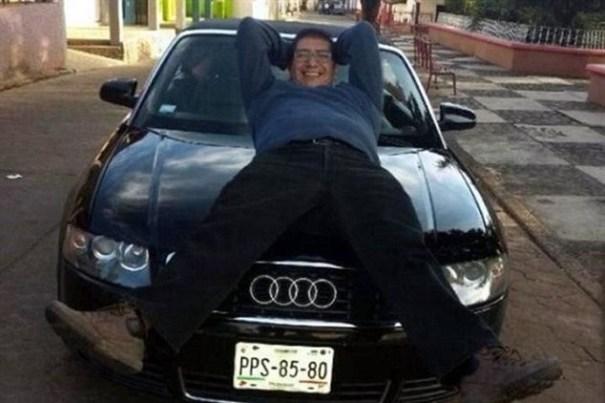image77 El cura que exhibe en Facebook su gusto por las mujeres y los buenos carros