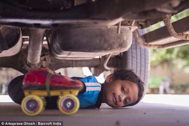 20140724 123012 45012445 Chamaquito indio patina debajo de 39 carros en fila
