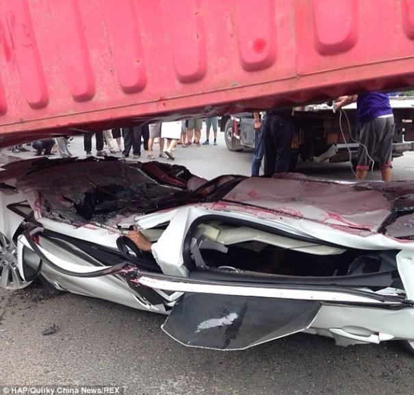 20140724 153359 56039718 Sobreviven tras carro ser aplastado por contenedor [fotos]