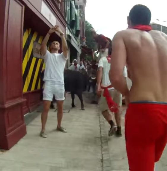 image184 Tipo es pisoteado mientras trataba de tomar selfie en corrida de toros