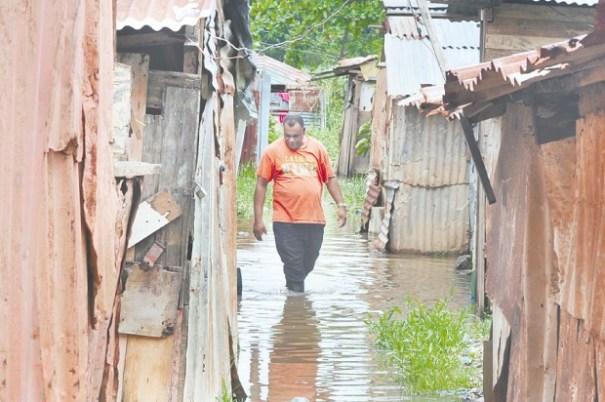 c5e8ed2812d803ef221bb71ec2dde853 620x412 Refugiados en La Barquita piden ayuda tras inundaciones [RD]