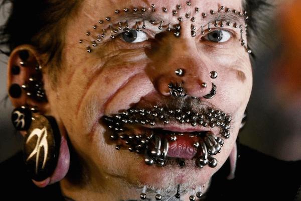 (Rolf Buchholz, el alemán reconocido por el Libro Guinness como el hombre con más piercings del mundo.)