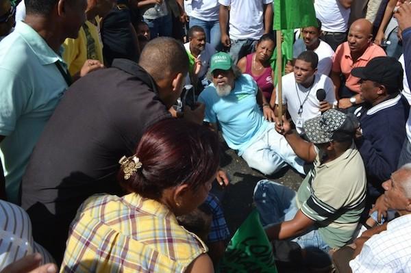 padre rogelio Padre Rogelio bloquea autopista en Santiago [RD]
