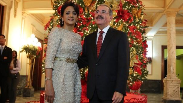 El presidente Danilo Medina encabeza el acto de encendido del árbol de la Navidad, en el Palacio Nacional, acompañado de su esposa, Cándida Montilla de Medina.