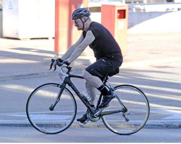 u2 bono bici Bono se da tremendo estrallón en bicicleta