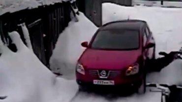 0012026259 Video   Le pasa carro por encima a la vecina