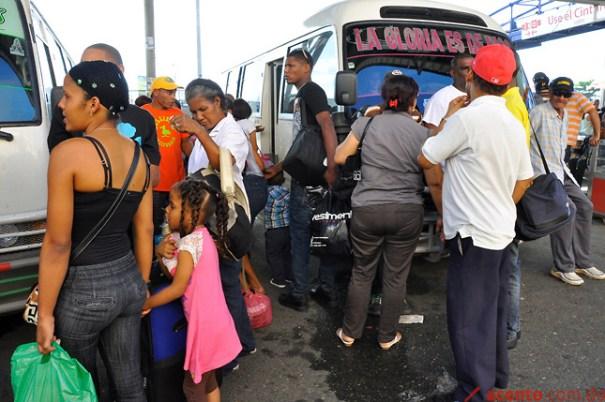 Paradas de guaguas abarrotadas de pasajeros