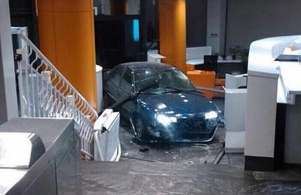 image141 España: estrellan auto contra sede del Partido Popular