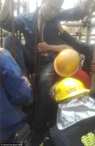 26BAD45000000578-2999223-Wu_Hsing_40_had_to_be_rescued_by_firefighters_after_impaling_his-a-35_1426615744201