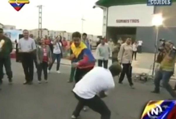 image413 Video   Maduro practica boxeo en plena calle