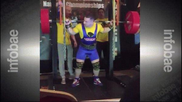 0012444307 Video: Tipo le estallan los músculos levantando unas pesas
