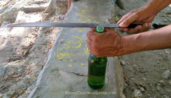 Destapar una cerveza con machete