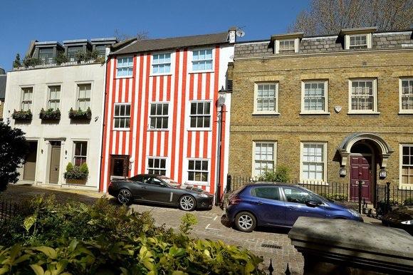 image439 Jeva millonaria pintó su casa a rayas para vengarse de sus vecinos