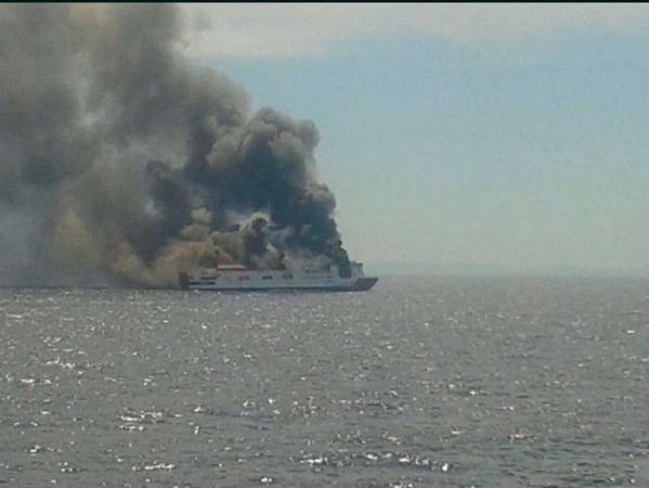 image583 España: Evacúan un ferry por un incendio