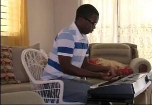 image70 Video   Joven toca piano con las manos al revés
