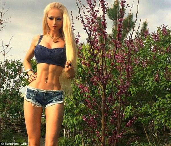 288DE34400000578-3078486-Real_life_Barbie_Doll_Valeria_Lukyanova_has_stepped_back_into_th-a-1_1431450792604