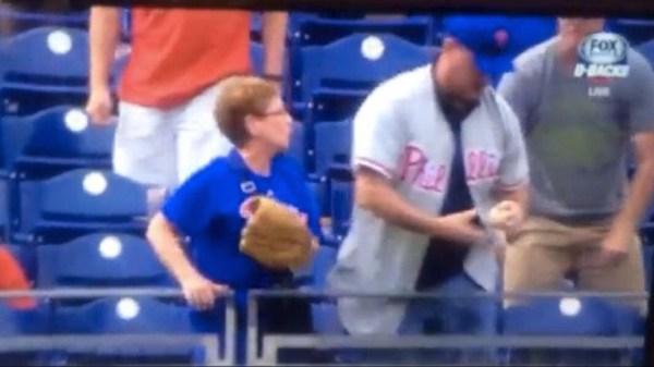 image400 Video   Fanático grosero le roba bola de jonrón a anciana
