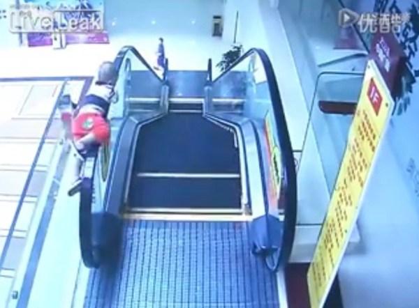 image579 Video   Niño de dos años cae de escalera
