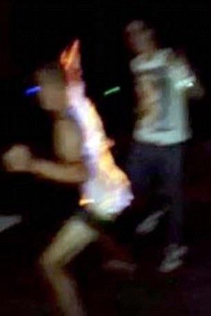 image72 Video   Se prende fuego por un juego de beber