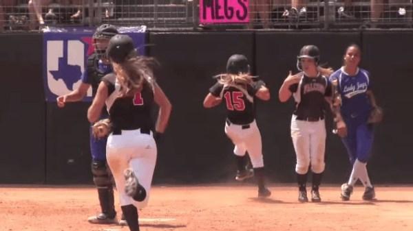 image220 Video   Catcher de sóftbol noquea corredoras cuando cruzan por home