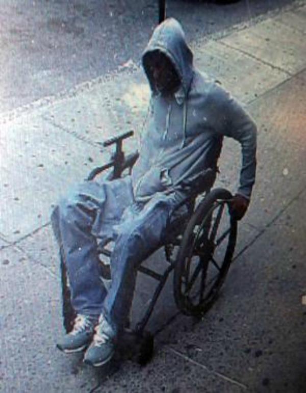 jullendo Foto   Tipo en silla de ruedas roba banco  (NY)
