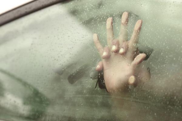 van13n 2 web Mujer encuera ataca policía con tampón ensangrentado