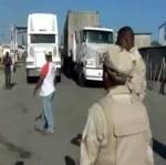 camioneros bloqueo frontera VIDEO – Con un tro de camiones bloquean frontera [RD]