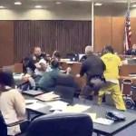 dwayne smith VIDEO –Hombre se faja con asesino de su hija en plena corte