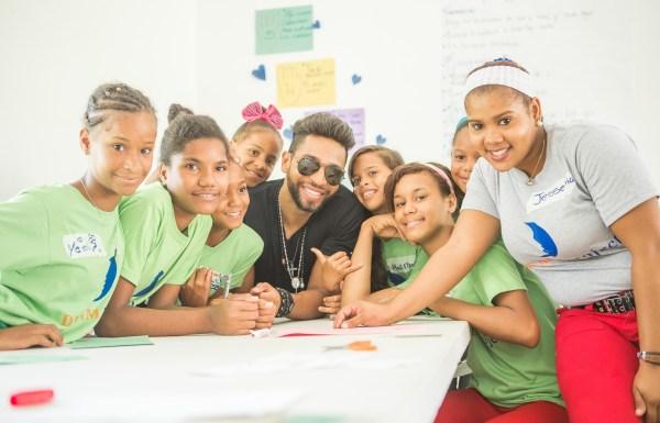 Henry Santos, junto a las niñas de la fundación