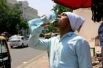 GRA218. NUEVA DELHI, 27/05/2015.- Un hombre, en Nueva Delhi, bebe agua para afrontar con más facilidad la fuerte ola de calor que achaca gran parte de la India que ha dejado atrás a más de un millar de muertos en los estados indios de Andhra Pradesh y Telangana, en el sudeste del país. EFE/Atul Vohra