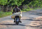 hombre en motor