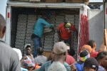"""En medio de una gran polvareda, miles de nacionales haitianos camina de un lado a otro, con sacos y cajas sobres sus cabezas, carretillas llenas de pesadas mercancías y vehículos de cargas que pasan a velocidades pocos moderadas por un camino en mal estado, se realiza un comercio informal en la frontera de Jimaní y en especial conocido como """"Mal Paso"""" o tierra de nadie. JIMANI, República Dominicana 25/06/2015"""