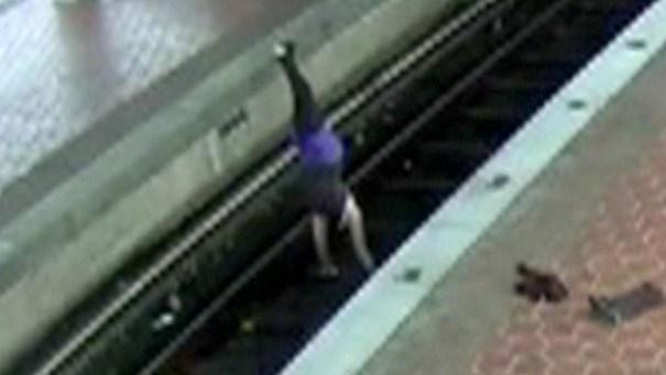 trancan mujer por hacer yoga en vias de tren video Trancan mujer por hacer yoga en vías de tren [VIDEO]