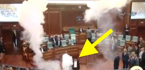 video-fokiuse-lanza-par-de-bombas-en-parlamento