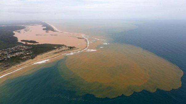 desastre ambiental brasil Llega al mar lodo tóxico en Brasil