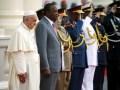 img1024-700_dettaglio2_Papa-Francesco-accanto-al-presidente-del-Kenya-Uhuru-Kenyatta-a-palazzo-State-House-di-Nairobi-Reuters