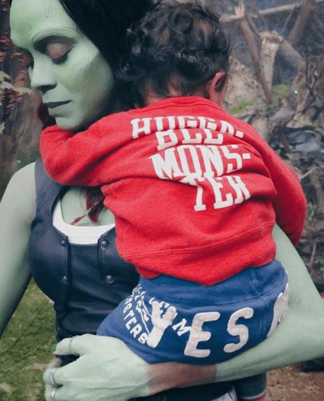 zoe Tierna foto de Zoe Saldaña jugando con sus hijos en set de pelicula