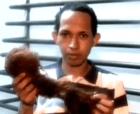 Le cortan los cabellos a cantante urbano en redada