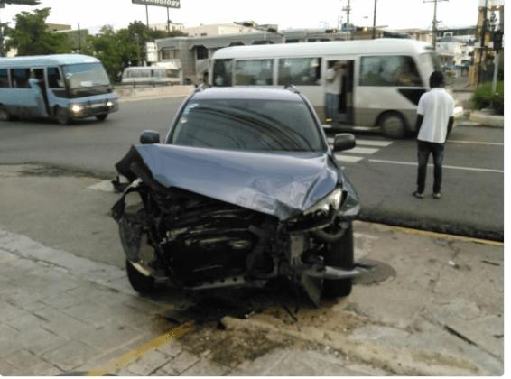 carro1 Periodista dominicana en aparatoso accidente