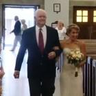 boda Una novia entra a la iglesia con el hombre que recibió el corazón de su papá