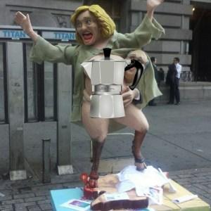 estatua de hillary 1 Foto: Aparece una estatua de Hillary encuera en NY