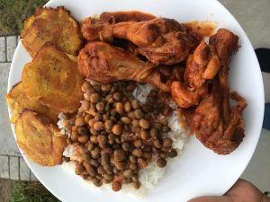 Comida de las 12:Guandules, arroz, pollo y tostones