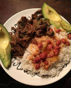 Comida de las 12: Carne de res, arroz y habichuela